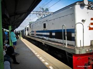 Kereta di Stasiun Sudimara