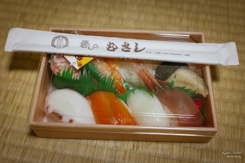 ngebungkus 2 paket sushi untuk sarapan esok hari :)